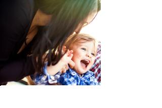 foto peuter-moeder lachend klein